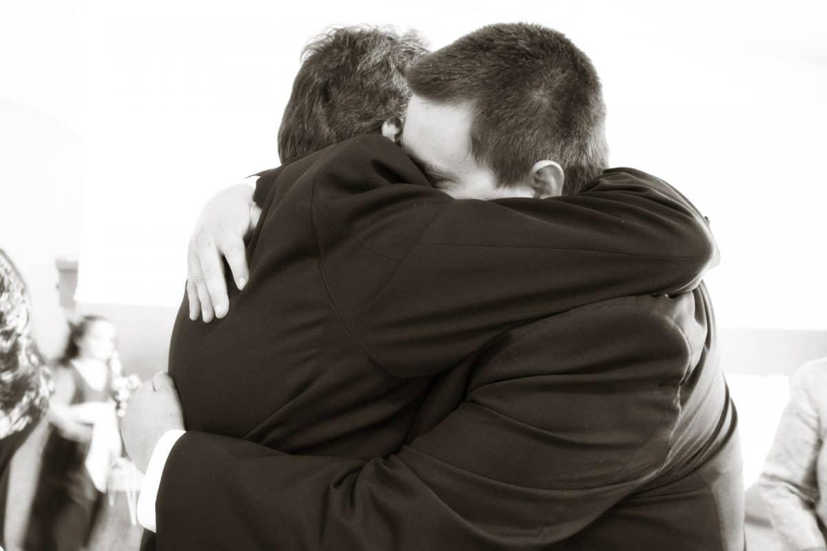 Hugging 571076 1920